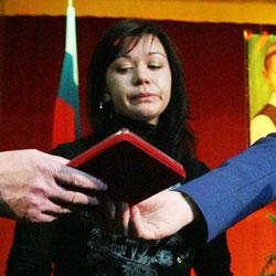 Александр Бастрыкин вручает орден матери Жени Табакова. Фото: Злаказова Лилия